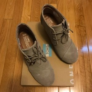 Toms Desert Wedge in Taupe Suede, Size 7.5